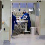 Mdico-atende-paciente-em-hospital-por-Covid.jpg