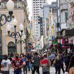 b2ap3_medium_Movimento-no-comrcio-em-Santa-Catarina-pessoas-com-mscaras-em-razo-do-coronavrus.jpg